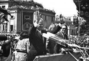 U.S. secretary of state James Baker addresses a massive crowd in Skanderbeg Square on June 22, 1991. © ATA