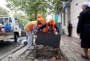 Municipal authorities are working to replace 4,000 missing manhole covers across Tirana. (Photo: MoT)