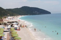 Charter flights bring thousands of Ukrainian, Russian-speaking tourists to Albania
