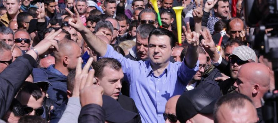 People march against gov't seeking new elections